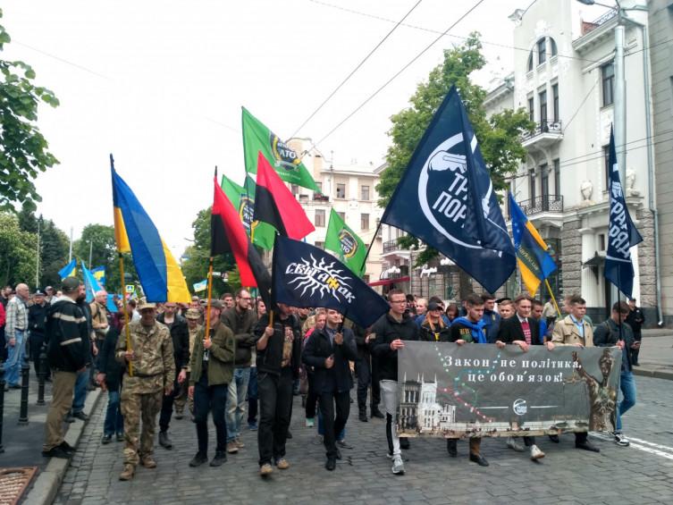 Шествие в центре Харькова: стометровый флаг Украины несут к Кернесу на работу фото 1
