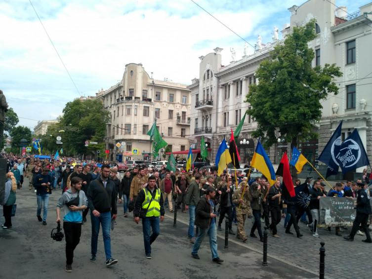 Шествие в центре Харькова: стометровый флаг Украины несут к Кернесу на работу фото