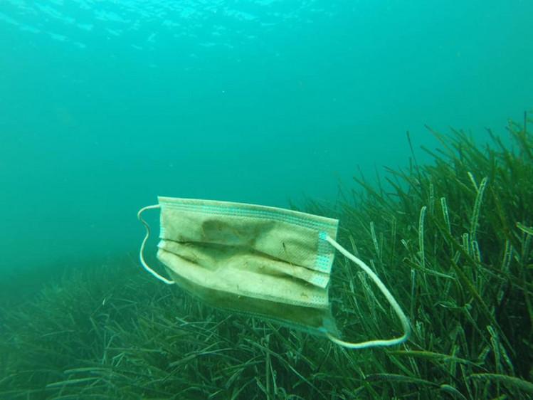 Одноразові маски та рукавички забруднюють воду