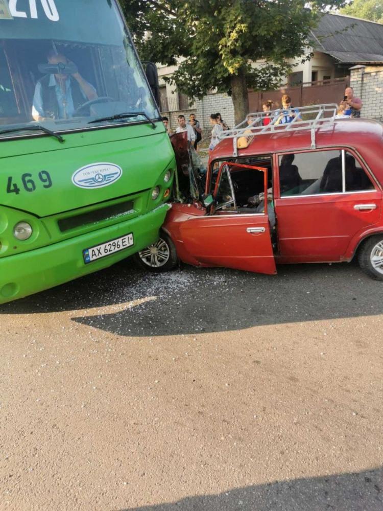 В Харькове врезались ВАЗ и маршрутка