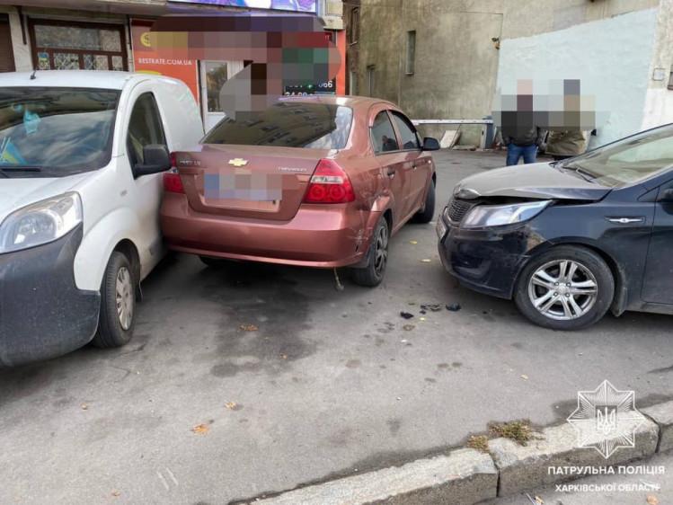 В результате ДТП в Харькове авто вылетели на тротуар